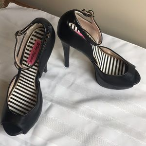 Betsey Johnson Belee Black vegan leather Heel 7